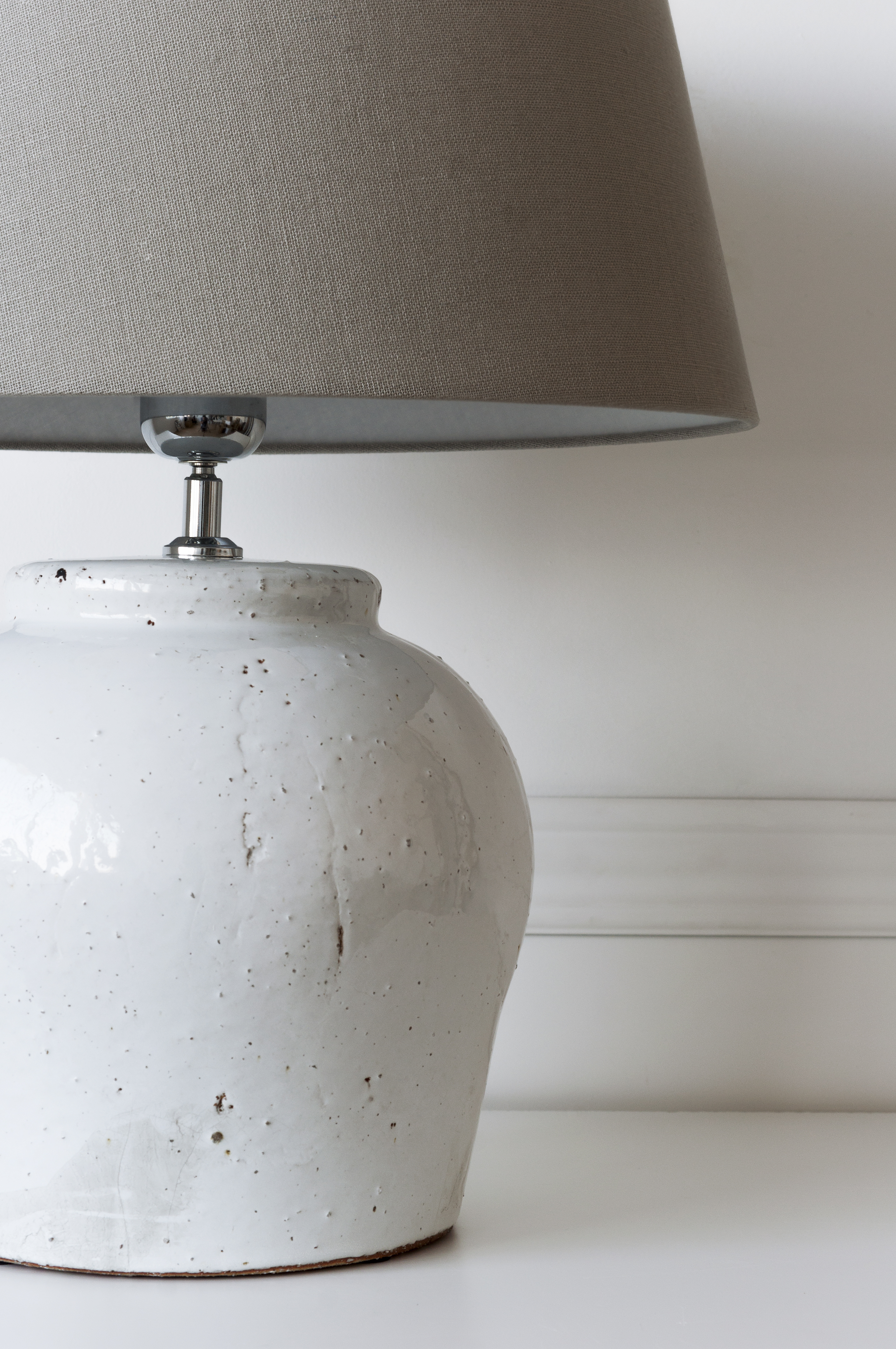 KLL-1099BL Etnia lámpara base blanca pantalla gris 02